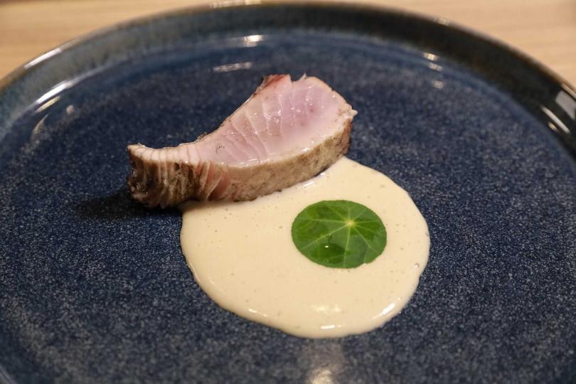 稻草燒鰆魚配牛蒡奶汁。(圖/壽司芳提供)