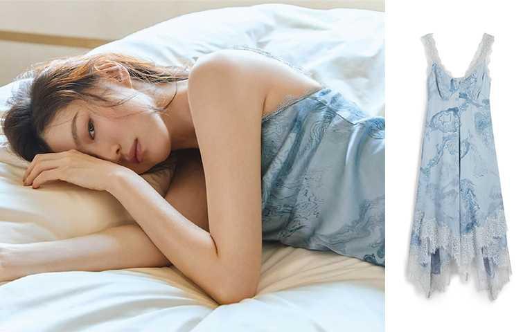 韓素希穿著AllSaints Skylar天藍色印花蕾絲拼接洋裝/NT14,600(圖/GRAZIA KOREA,ALLSAINTS提供)