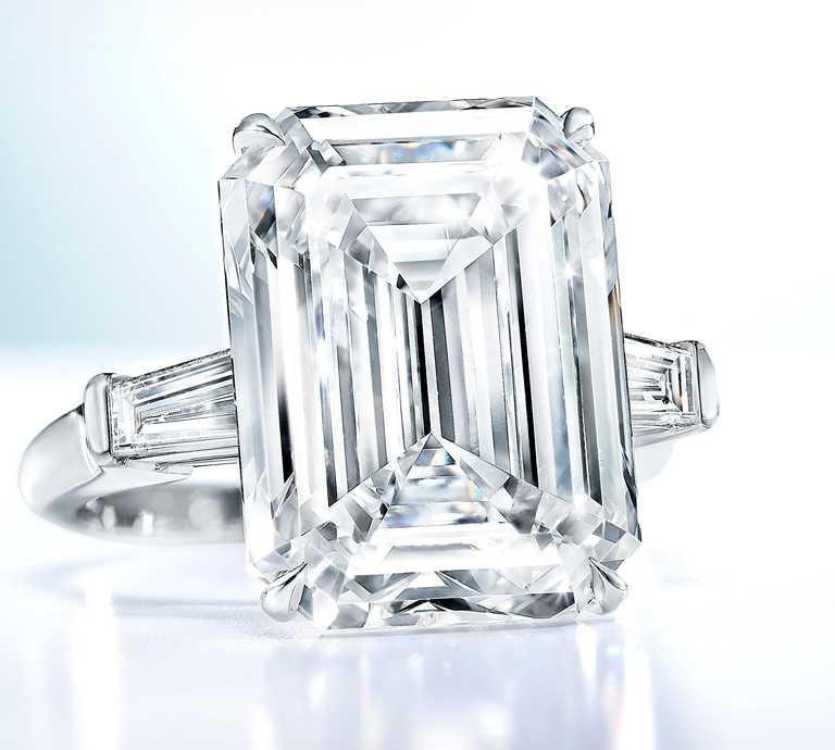GRAFF「祖母綠形切割鑽石戒指」,10.61克拉╱價格店洽。(圖╱GRAFF提供)
