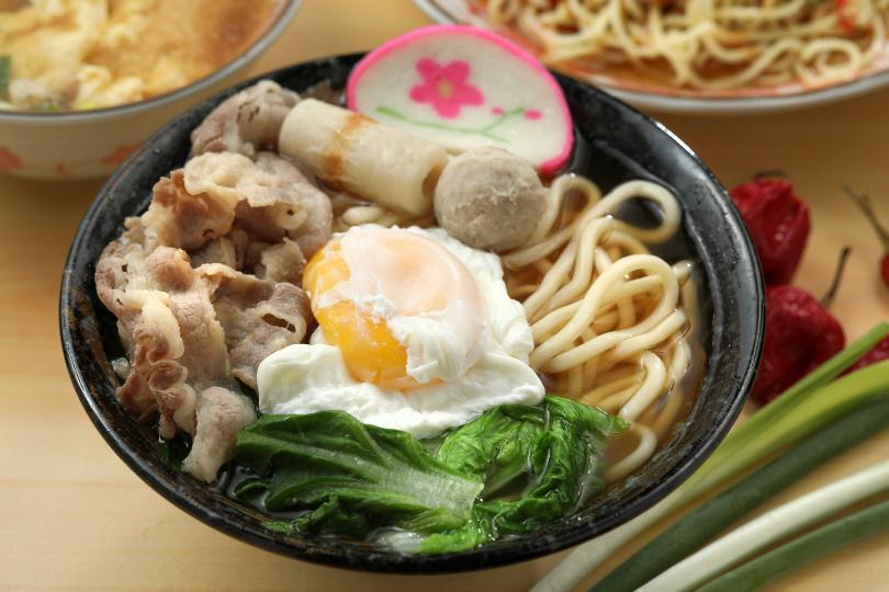 「牛肉烏龍麵」,柴魚與海鮮熬製的湯頭清澈甘甜,配料豐富味美。(100元)