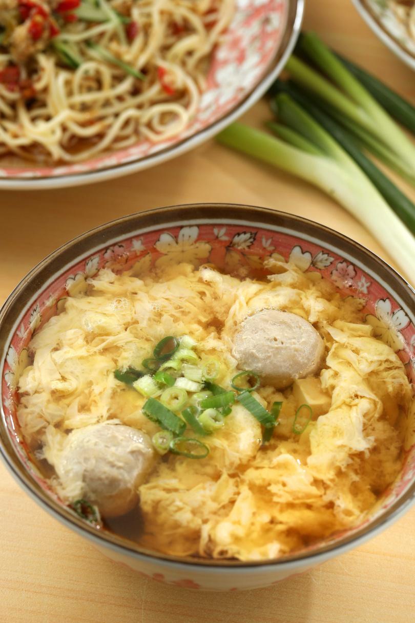 用三種味噌調製的「味噌綜合湯」,蛋花軟滑、貢丸彈牙、湯頭香甜不濃膩。(45元)