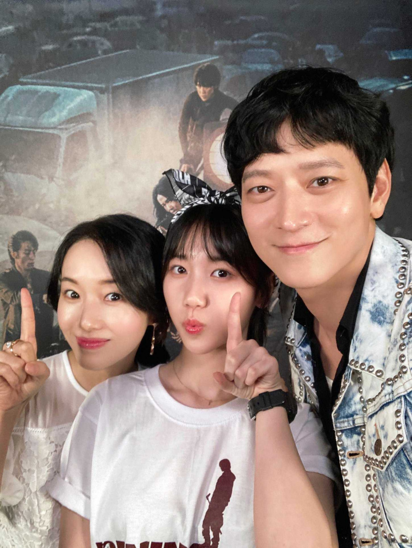 李貞賢(左起)、李蕊和姜棟元為宣傳電影可愛自拍。(圖/車庫提供)