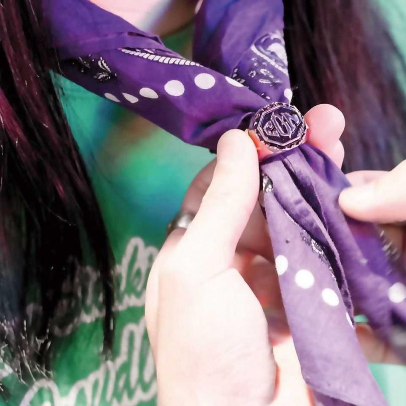 甚至也可以拿來當絲巾或是領巾扣。