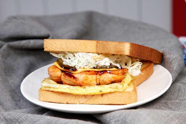 春川辣雞腿三明治除春川辣雞外,還加入BBQ炭燒風味醬,並加上雙倍起司一起夾入奶油吐司中。(109元)