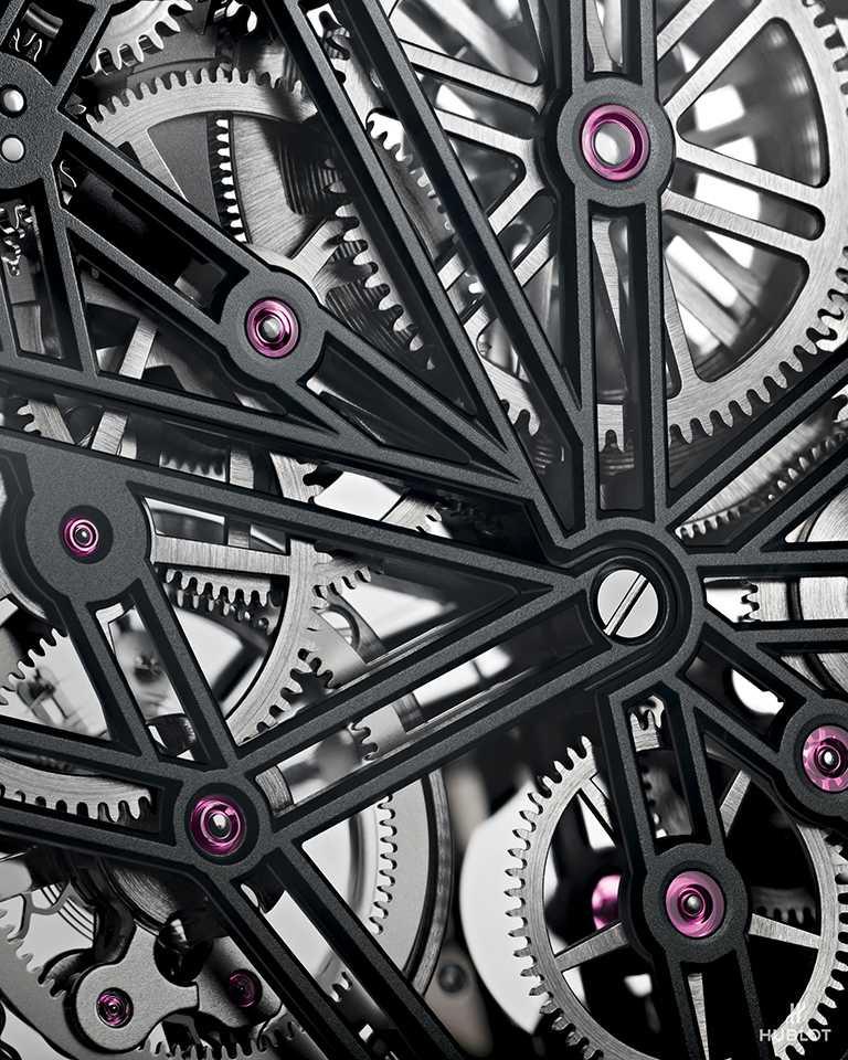 HUBLOT「Spirit of Big Bang」系列陀飛輪碳纖維五日鍊腕錶,搭載HUB6020型自製手動上鏈鏤空陀飛輪機芯,專為其酒桶形錶殼量身打造,可提供115小時動力儲存。(圖╱HUBLOT提供)