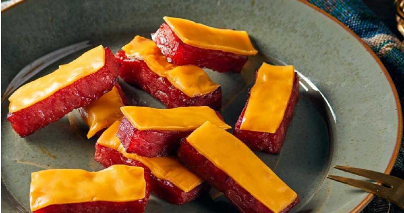 快車肉乾的「豪華雙饗 經典小禮盒」可任選兩款肉乾,圖為「小豬騎士」口味。(特價513元/2入)