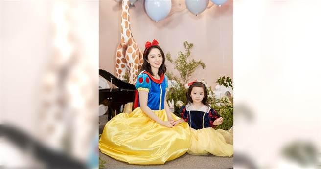 董璇與三歲的女兒「酒窩」開心合照。(翻攝自董璇微博)