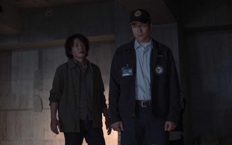 張孝全(右)與王識賢在Netflix《誰是被害者》發現被害者被霸凌情節。(圖/Netflix提供)