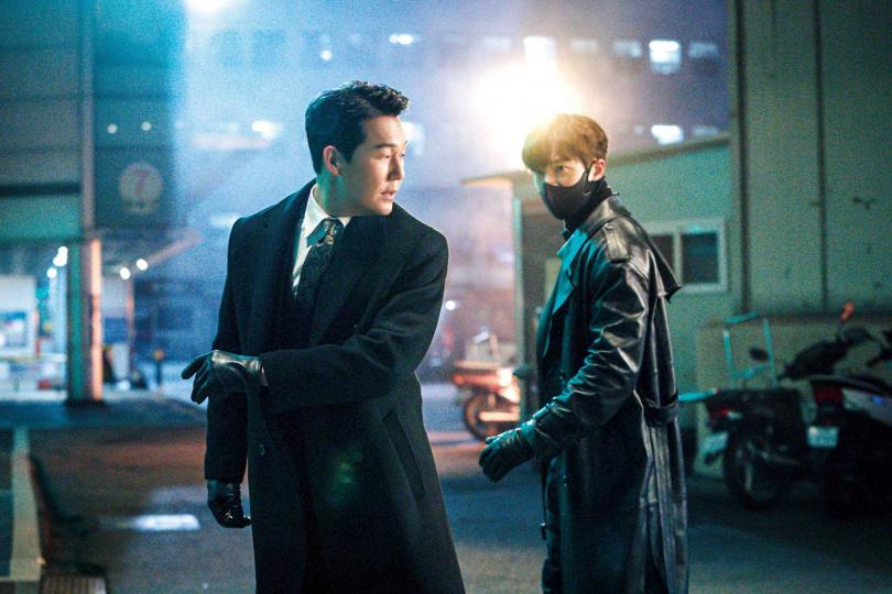朴誠雄(左)外表凶狠,其實個性風趣,也很會照顧人。(圖/NETFLIX提供)