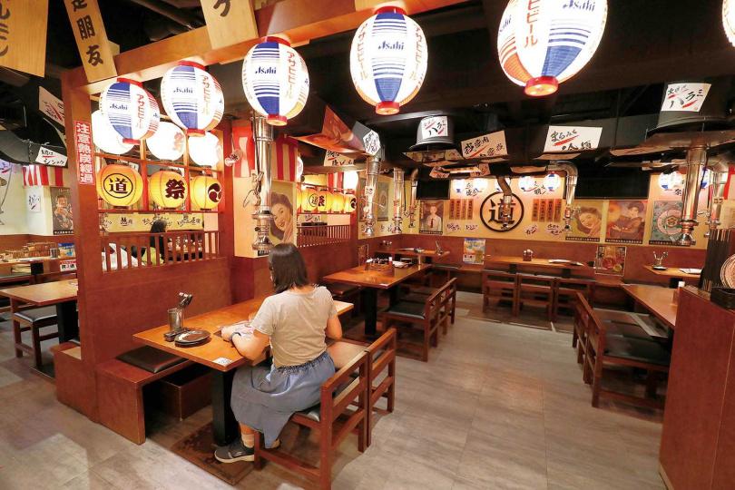 「まるみち丸道燒肉台北店」日式居酒屋般的裝潢與氛圍,讓人走進店裡就像一秒到日本。(圖/于魯光攝)