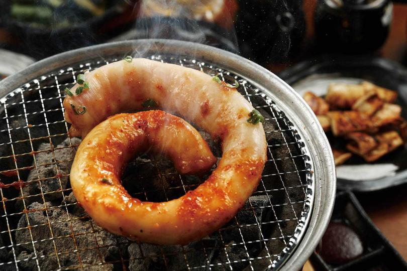 服務人員會先將一整條的「壺漬超級牛小腸」繞圈、鋪在網上烤,十分壯觀。(880元)(圖/于魯光攝)