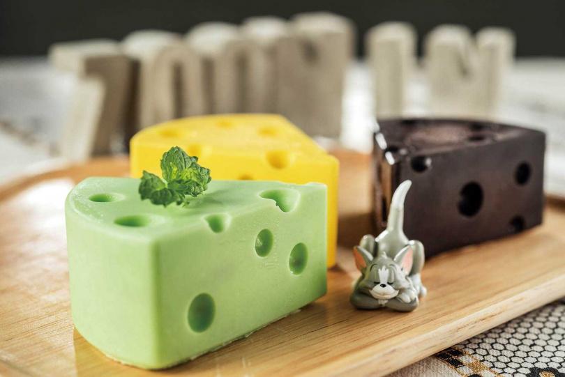 「洞洞起司」有原味和巧克力等口味,建議先用湯匙將表面的巧克力片敲碎,再挖取內餡食用。(140元/個)(圖/張祐銘攝)