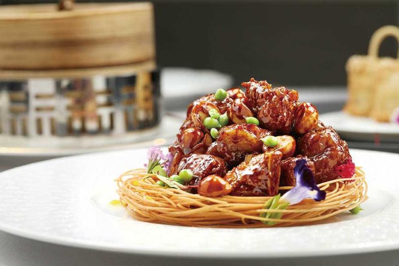 「世貿聯誼社」唯一留下的菜色「名人小排骨」,酸甜香韌,愈吃愈香。(360元)(圖/于魯光攝)