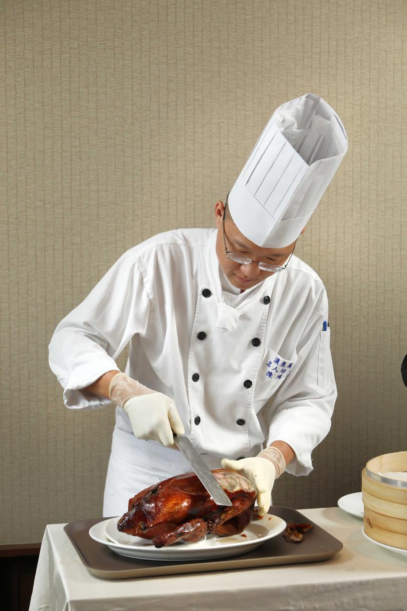 「世貿名人坊」延攬了原世貿聯誼社的燒臘主廚陳鴻雨,是烤鴨美味的靈魂人物。(圖/于魯光攝)