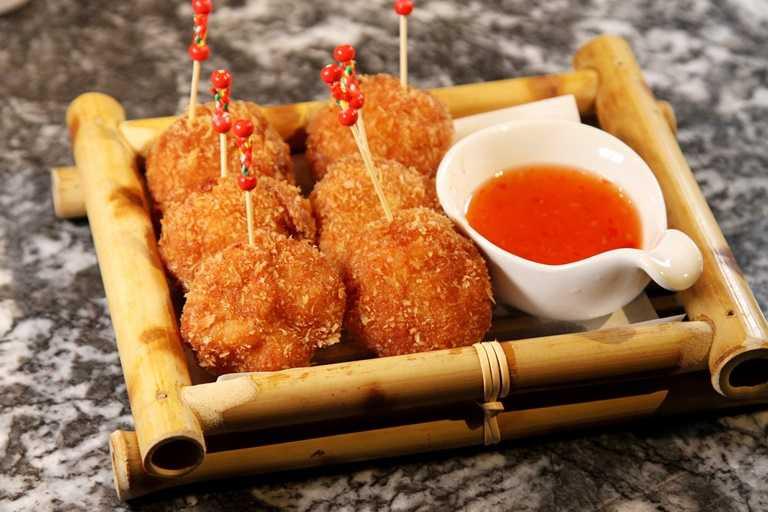 招牌的「泰拳蝦餅」是由月亮蝦餅改良。