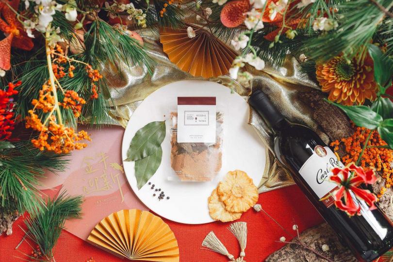 「主廚限定組合」主打台灣原生香料馬告和土肉桂葉製成的熱紅酒香料包。(圖/小草作提供)