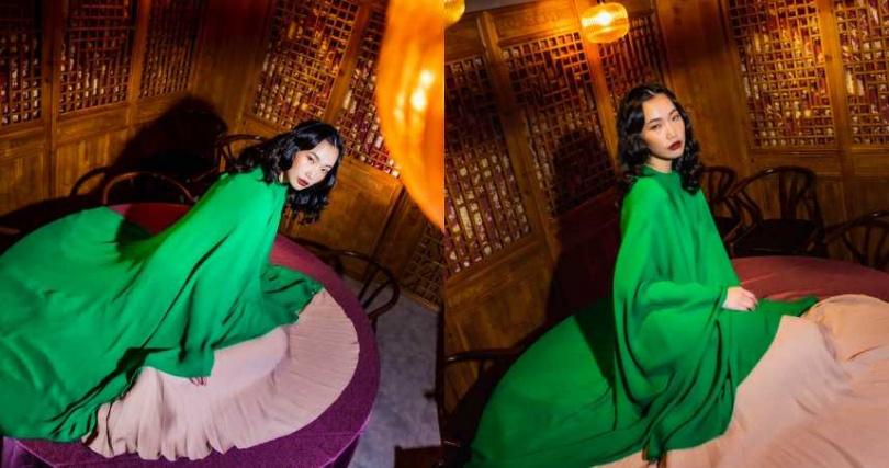 VALENTINO 鮮綠色斗篷上衣/價格未定、裸膚色百褶過膝裙/價格未定(圖/莊立人 攝)
