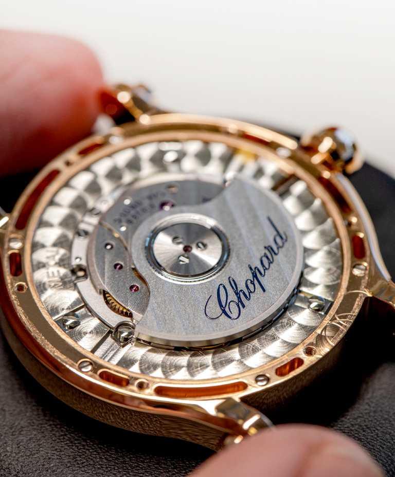 Chopard「Happy Sport」系列腕錶,紅色珍珠母貝錶盤款,搭載蕭邦09.01-C型錶廠自製機芯,具備動力儲存42小時。(圖╱Chopard提供)