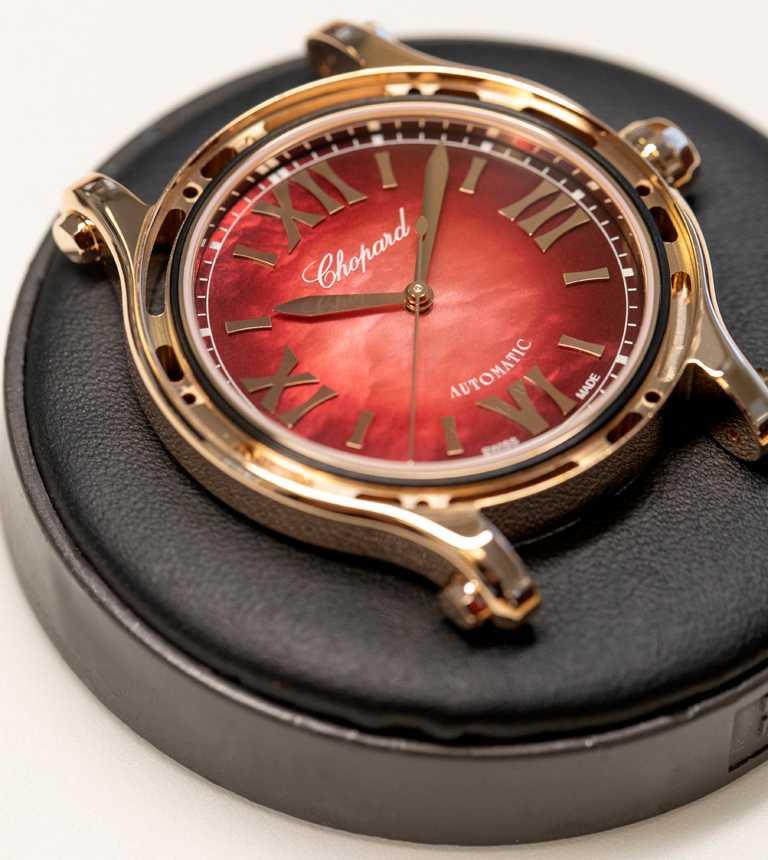全新Chopard「Happy Sport」系列腕錶的石榴紅色珍珠母貝錶盤,充滿年節喜慶氛圍。(圖╱Chopard提供)