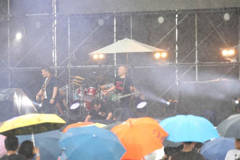 脫拉庫在演唱時,天公突然不作美的下起大雨。(圖/寬寬提供)