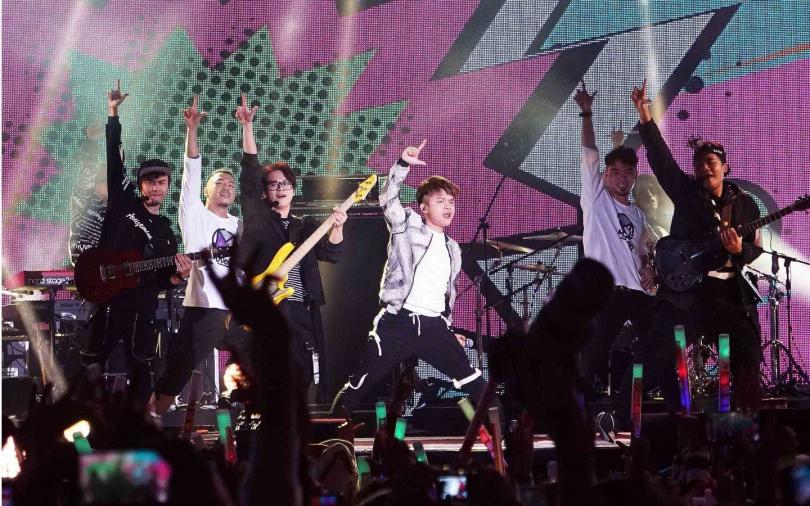 網紅團體七月半開先例登上新北耶誕城舞台。(圖/TVBS提供)