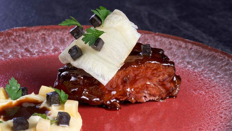 「小牛臉頰佐佩里戈黑松露搭巴西里和芹菜」,證明法廚是松露料理翹楚。(圖/Chefs Club Taipei)