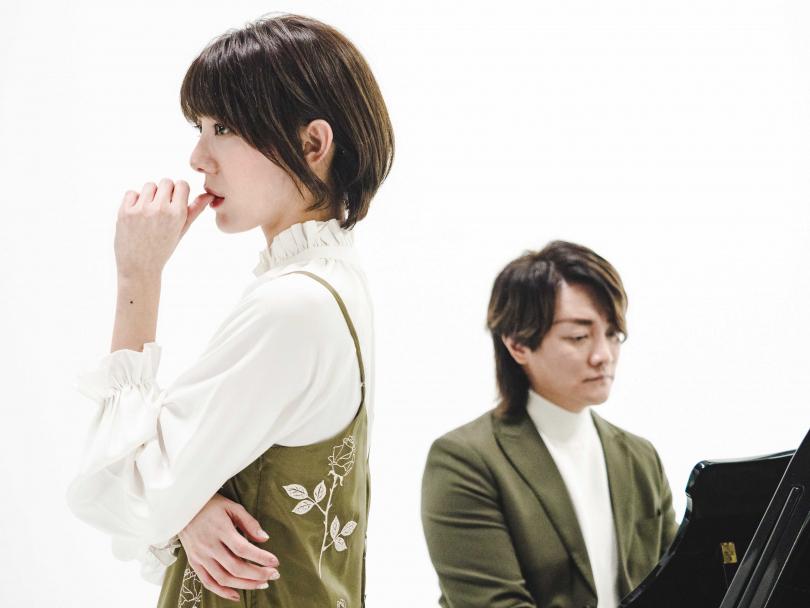 阿沁(右)用心教導特蕾沙唱腔和呼吸技巧。(圖/核心音樂提供)