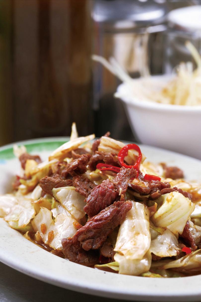 只加醬油與高麗菜的「古早味炒牛肉」,是很好的下酒菜。(100元起)(圖/于魯光攝)
