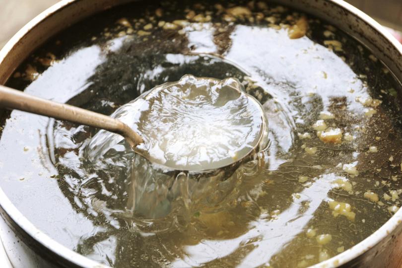 湯頭Check!牛骨湯頭 純牛骨、牛腩熬製3小時以上,湯頭清澈香甜。(圖/于魯光攝)