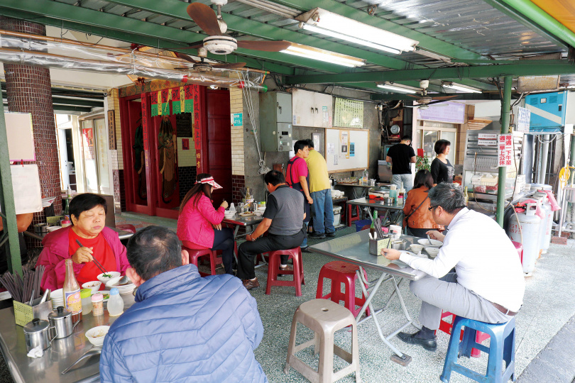 「美鮮牛肉湯」的店面位於城隍廟旁的騎樓下,是台南最常見的風景。(圖/于魯光攝)