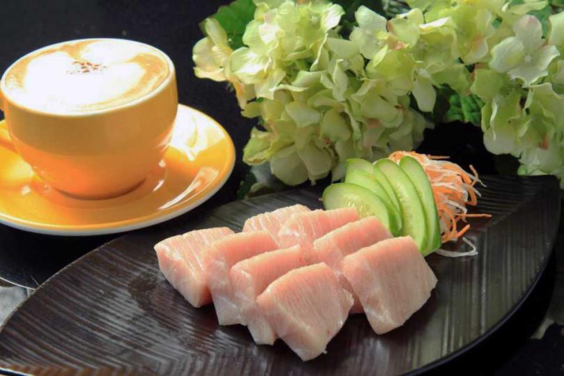 肥美的野生生魚片,展現最原始的鮮甜滋味。(圖/翻攝自Makaira Coffee旗魚咖啡粉絲專頁)
