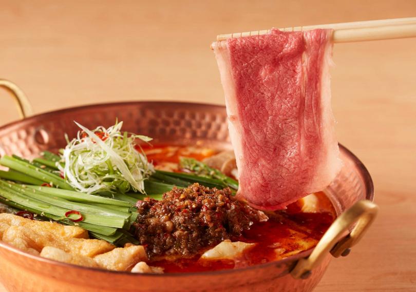 「擔擔鍋」主餐提供日本A5和牛、Bellota等級伊比利豬、雲林產黑羽土雞、澳洲和牛牛小腸等7種不同組合選擇。(圖/乾杯集團)