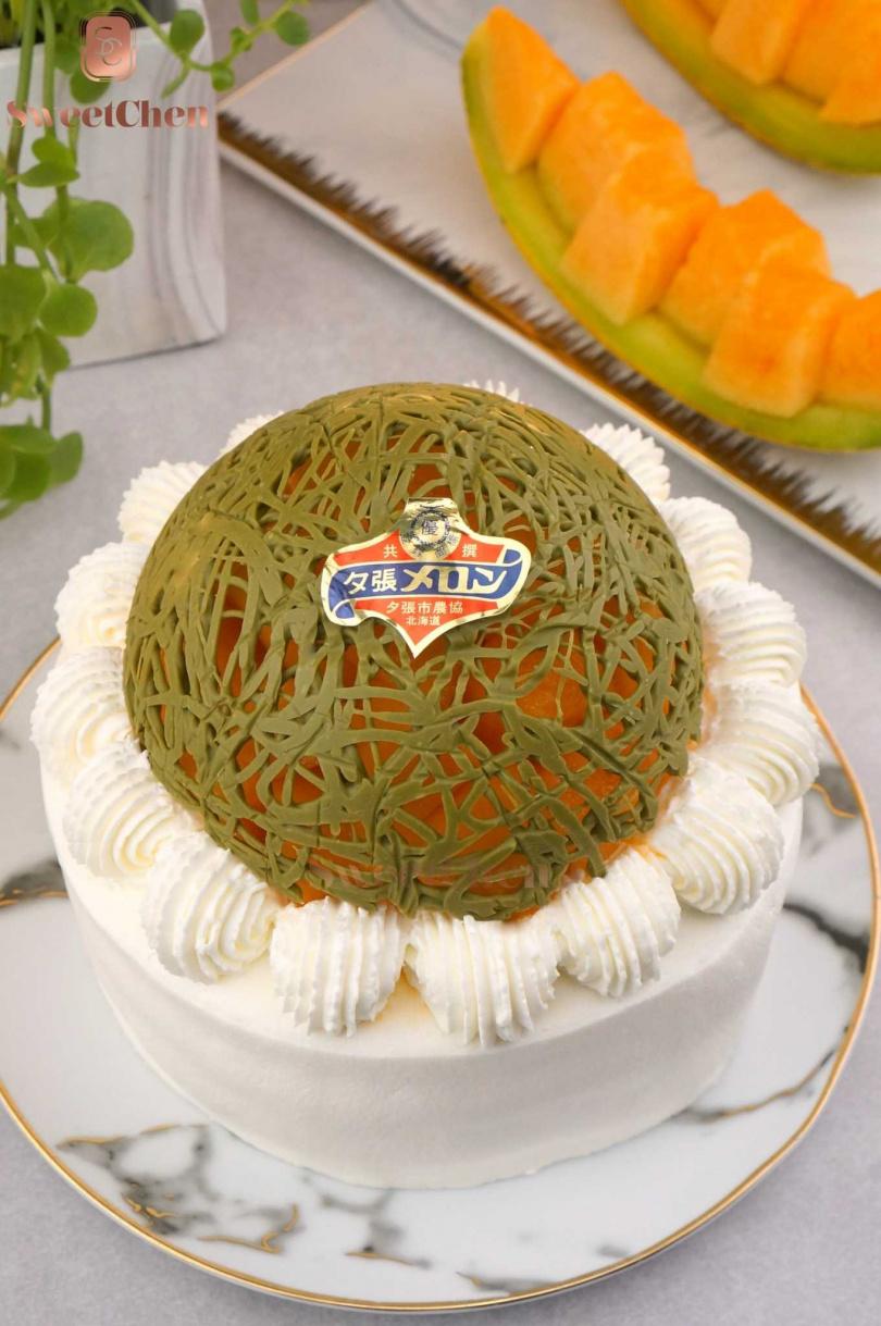 夾餡的法式烤布蕾與香草杏仁戚風蛋糕體,都讓「夕張哈密瓜香緹蛋糕」的整體風味更加優雅。(圖/Sweet Chen)