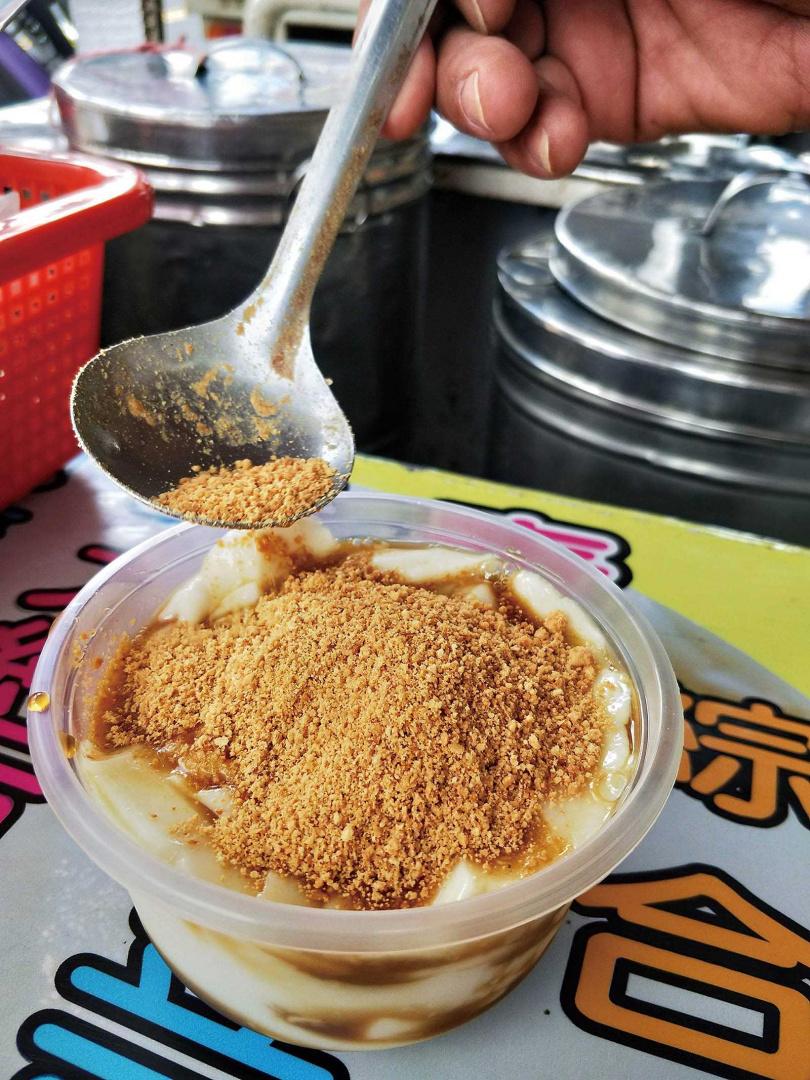 只撒上打碎花生的「土豆麩豆花」,是恆春的傳統口味。(35元)(圖/高靜玉攝)
