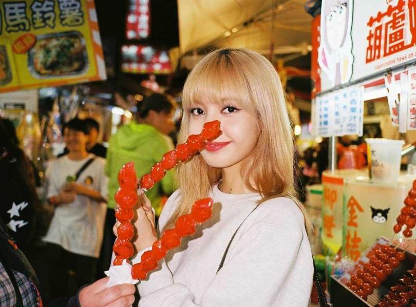 LISA去年私下來台時,在IG上傳手拿草莓糖葫蘆的照片。 (圖/翻攝自LISA IG)