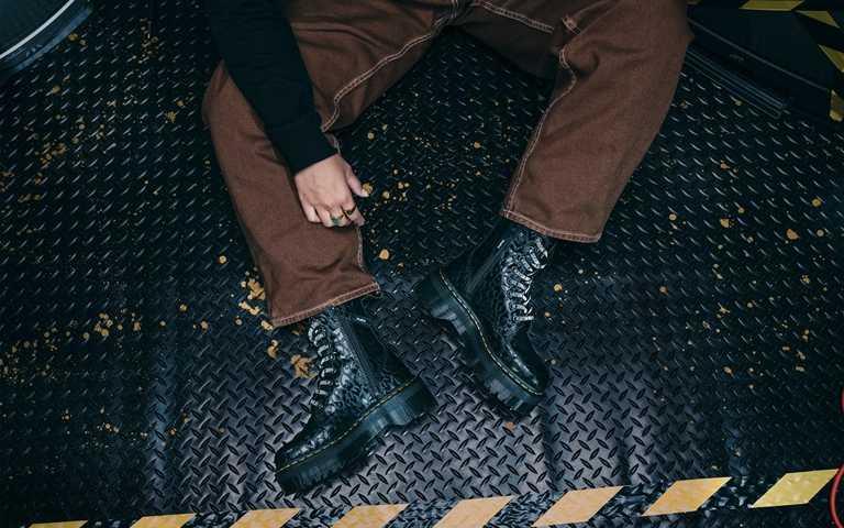 Dr. Martens x X-GIRL雙版本聯名鞋作,台灣將於11月20日同步限量上市。(圖/Dr. Martens)