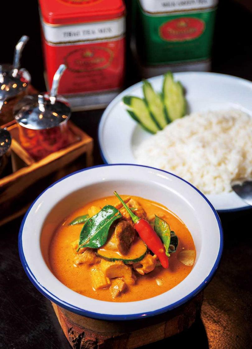 略帶甜度的「紅咖哩雞肉飯」,入口後還會感受些微辣味襲來。(160元)(圖/宋岱融攝)