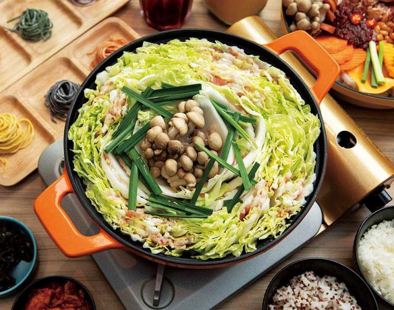 王宜安認為「劉震川韓潮吧」的鑄鐵鍋料理,除了擺盤美、口味優,吃起來也健康。(圖/林士傑攝)