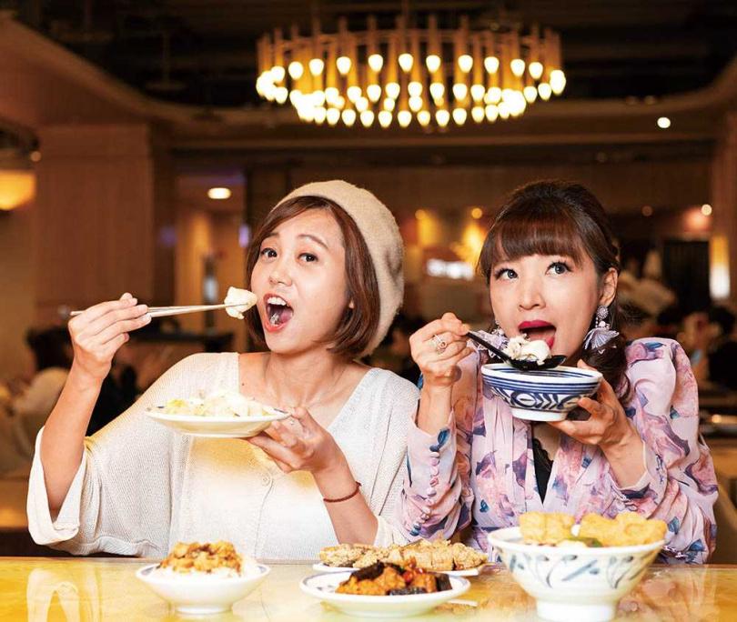 邱子玲介紹的小吃料理,讓王宜安讚不絕口。(圖/林士傑攝)