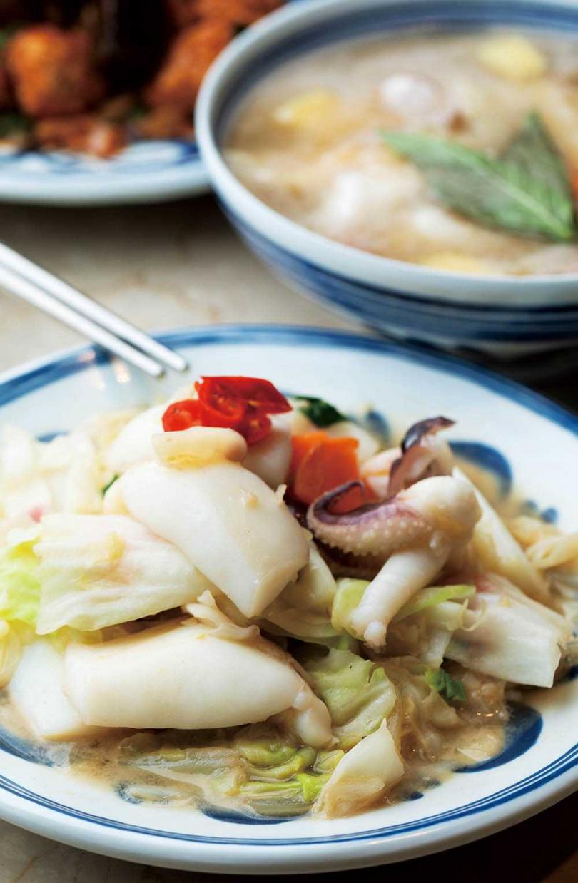 「廖家生炒花枝」的生炒花枝及米血等料理,讓邱子玲時刻都想回味。(圖/林士傑攝)