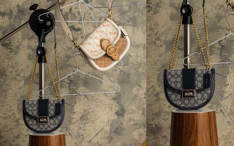 COACH BEAT SADDLE馬車圖案印花手袋/25,800元;ALIE SADDLE經典SIGNATURE緹花面料手袋/21,800元(圖/莊立人攝)