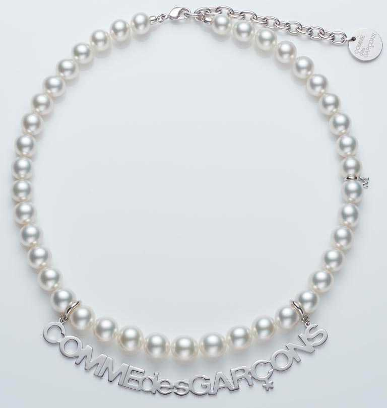 MIKIMOTO x COMME des GARÇONS聯名系列,南洋珍珠串鍊,珍珠尺寸約9.00~11.00mm,銀製鍊結全長約50cm╱1,140,000元。(圖╱MIKIMOTO提供)