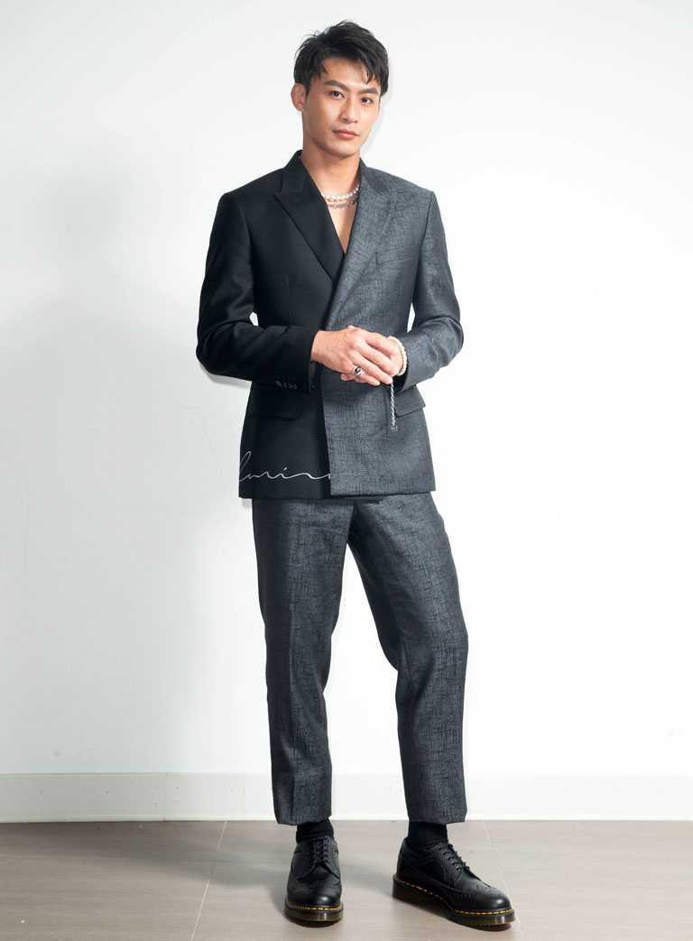 奧運柔道健將楊勇緯,身穿Carnival嘉裕西服高級訂製黑灰西裝與Dr. Martens皮鞋,頸間佩戴MIKIMOTO x COMME des GARÇONS聯名系列南洋珍珠串鍊,展現陽剛率性。(圖╱MIKIMOTO提供)