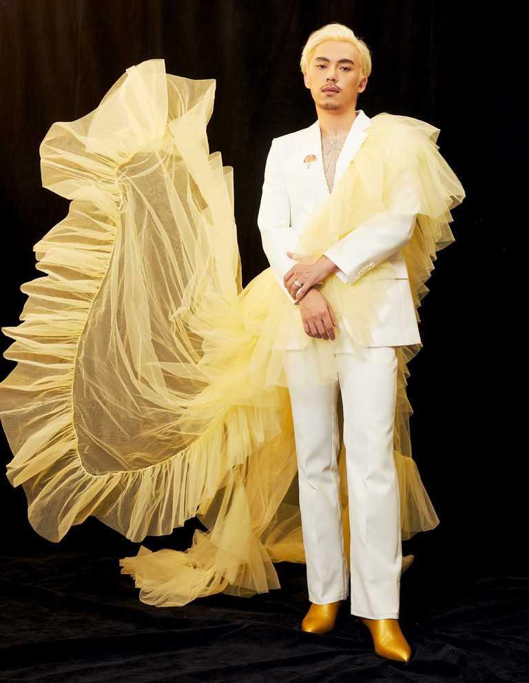 第32屆金曲獎「最佳作曲人」得獎者HUSH,以白色西裝搭配PIAGET「Limelight Sunny Side of Life」系列頂級珠寶鑽石胸針、「Possession」系列戒指,訴求多元包容的音樂性。(圖╱PIAGET提供)