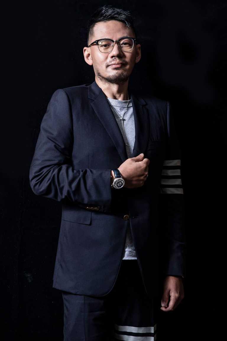 第32屆金曲獎「最佳作詞人」得獎者葛大為,佩戴PIAGET「Altiplano」系列Ultimate自動上鏈腕錶,疊戴搭配「Possession」系列白金鑲鑽經典手鐲與戒指,增添文質風範。(圖╱PIAGET提供)