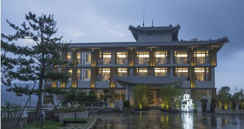 飯店保留舊有的建築結構,將外觀噴灰融入自然地景。(圖/承億文旅)