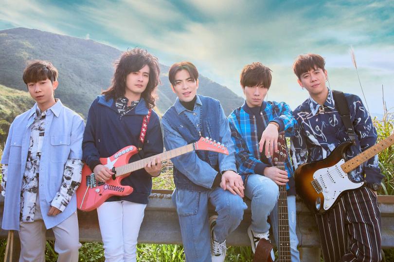 蕭敬騰(中)所屬「獅子LION」新歌〈第一眼〉MV將在14日西洋情人節首播。(圖/華納提供)