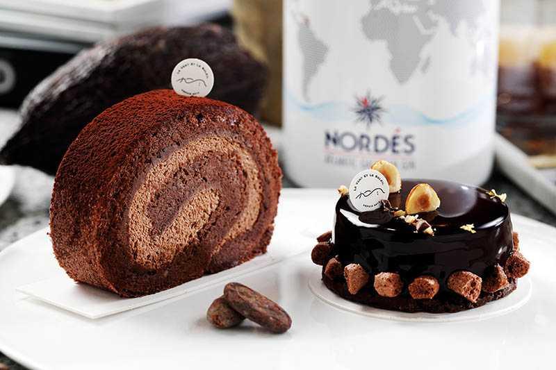 「香緹巧克力捲」抹上一層香濃甘納許醬(160元);「琴酒黑巧慕斯」底層是可可豆脆殼酥餅(180元)。(圖/于魯光攝)