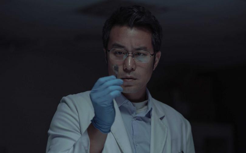 張孝全在Netflix獨家華語影集《誰是被害者》挑戰演出患有亞斯伯格症的鑑識官。(圖/Netflix提供)