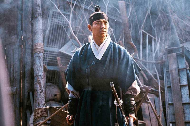 第二季的喪屍在白天也能活動,朱智勛表示在烈日下搏鬥比夜晚更辛苦。(圖/NETFLIX提供)